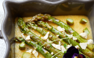 Asperges vertes à l'ail sur lit de polenta crémeuse