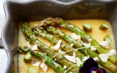 Asperges vertes à l'ail sur lit de polenta crémeuse 🌻