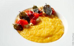 Polenta crémeuse au potimarron, tomates confites et sauge